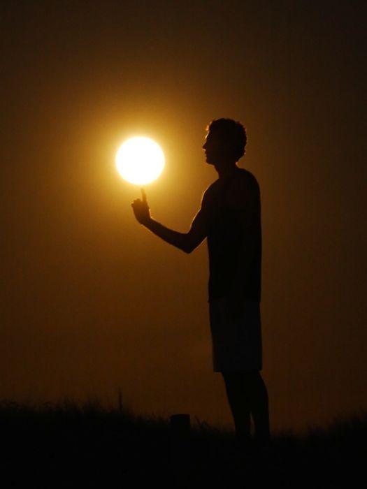 Обложка произведения 'Человек, который следит за солнцем'